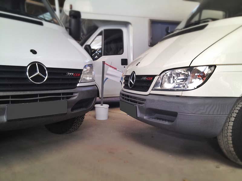 Links unser höher gelegter Sprinter nach dem Umbau der VA, rechts einer ohne Modifikationen.