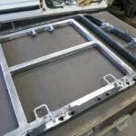 Hier der verstärkte Rückteil mit den Befestigungspunkten für Kopfstütze und Isofix.