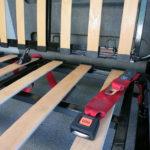 Einbau Lattenrost und Sicherheitsgurte. Hinten im Bild sind die Bügel für die Isofix-Befestigung zu erkennen.