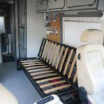 Einbau des Sitzgestells ins Fahrzeug. Die Verbindung zum Chassis erfolgt mit Bolzen in M12 durch den Fahrzeugboden.
